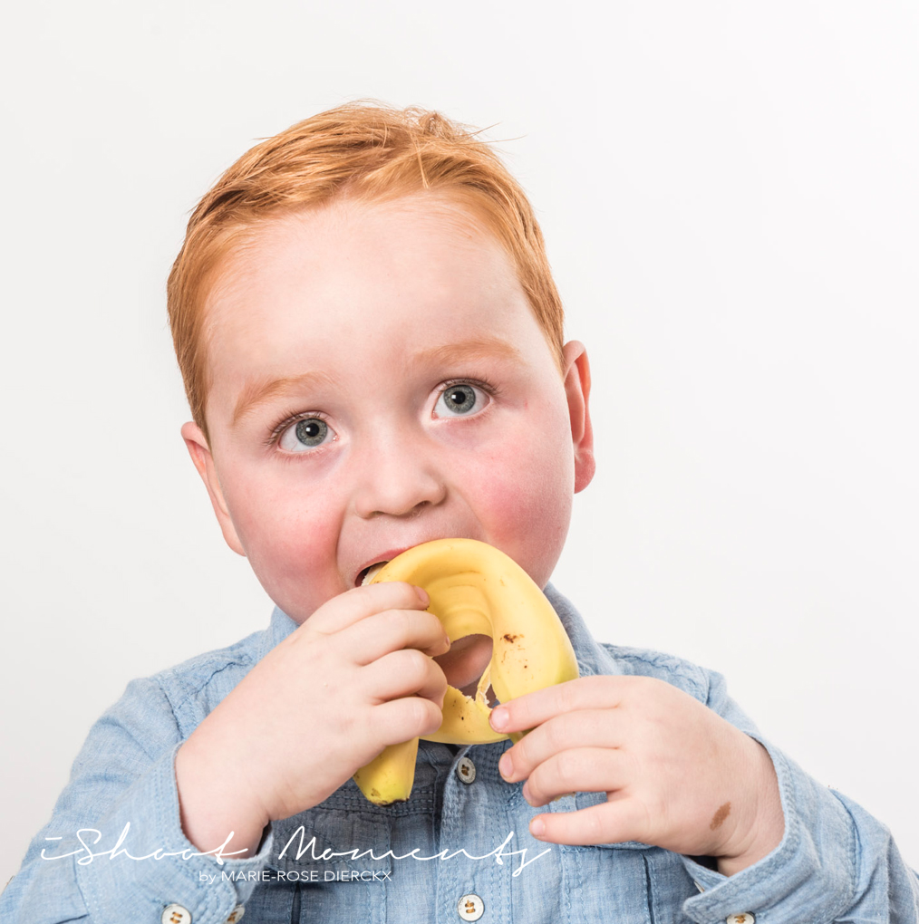 etende jongen met banaan