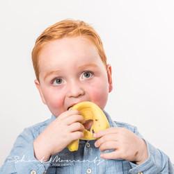 jongen eet banaan