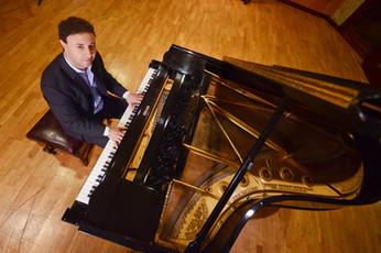 Gabriel Lococo en Piano de cola.jpg
