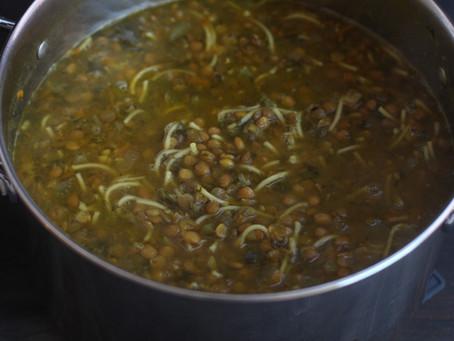 מרק עדשים עם מלא ירוקים