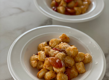 אוכל איטלקי - ניוקי ריקוטה בחמאת עגבניות שרי
