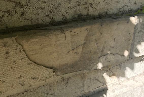 Segni del tempo e sfaldature della pietra ornamentale