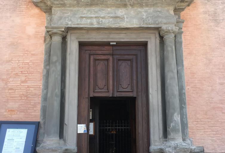 Portale in pietra serena della Collegiata.JPG