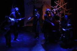 De muziekband van kottekebuik. Gitaar, banjo, viool, contrabas en cello. Muzikanten dragen een eng m