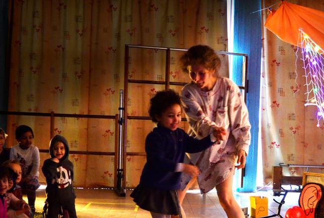 Sarah danst met een meisje.