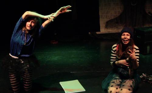 Sarah en Jolien spelen een uitbeeldspel.