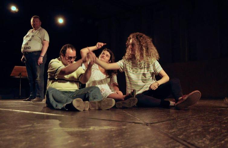 Yves en Stefanie experimenteren onder begeleiding van danseres Sarah met beweging.