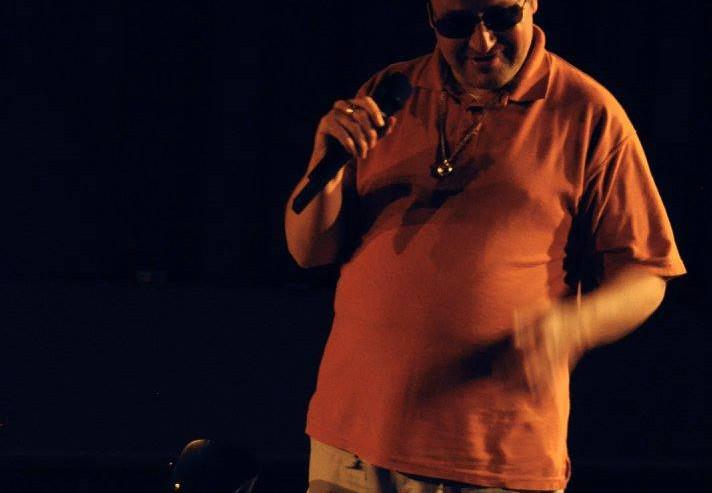 Yves danst en zingt met microfoon in de hand.