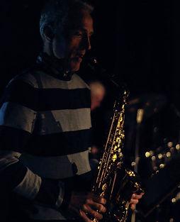 Koen Hufkens: Koen speelt saxofoon tijdens een repetitie van Toen De Goden Sliepen.
