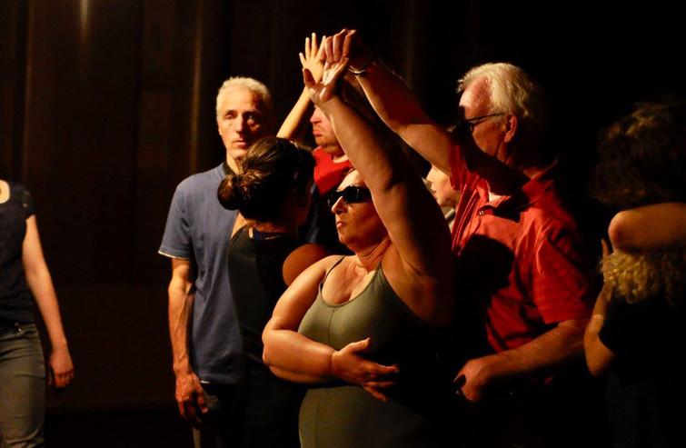Spelers staan stil als een standbeeld. Harry in een dansante pose met Patsy op de voorgrond.