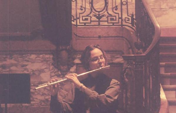 Sandra speelt fluit voor een trap in de opera.