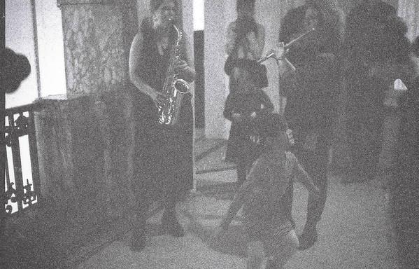 Jolien en Sandra spelen muziek. Kinderen dansen.