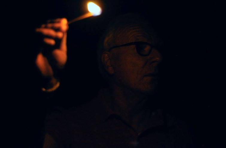 Harry met een brandende lucifer op een donkere scène.