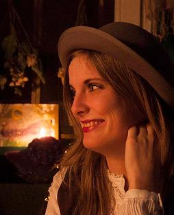 Jasmien Van Cleuvenbergen: Jasmien in profiel in warm licht.