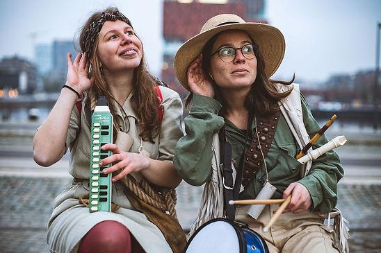 De leden van Het Fluisterhuis in muziekzoeker outfit: Jolien Van De Sande (links) en Sandra Vives Caudeli (rechts)