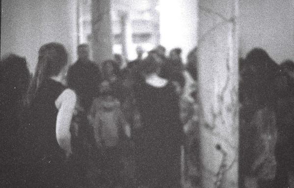 Foto van de ruggen van de stoet mensen.