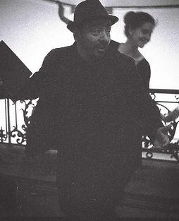 Oskar Gonzalez: Zwart-wit foto van Oskar met zijn tekst in de hand.