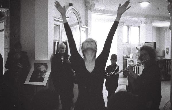 Sarah danst, Sandra speelt fluit en het publiek wandelt tussen de foto's van Juan.
