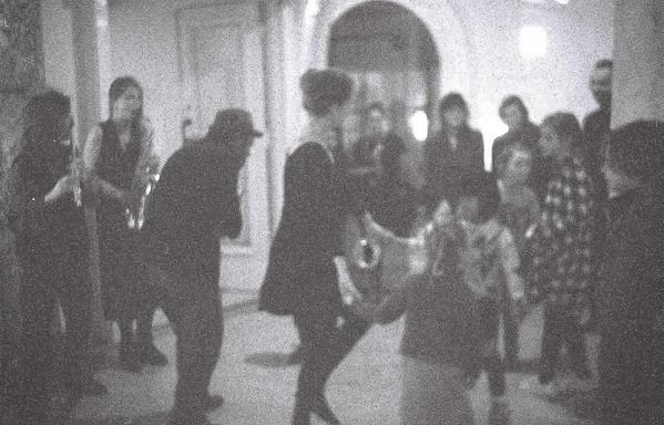De spelers dansen en musiceren met het publiek.