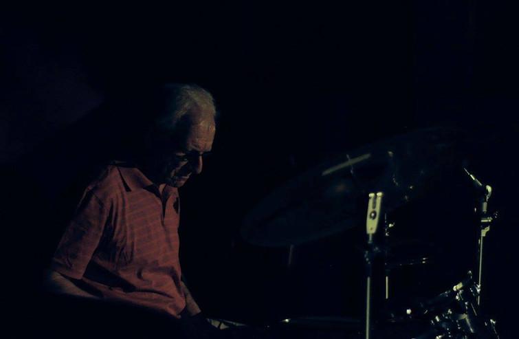 Harry aan de drums.