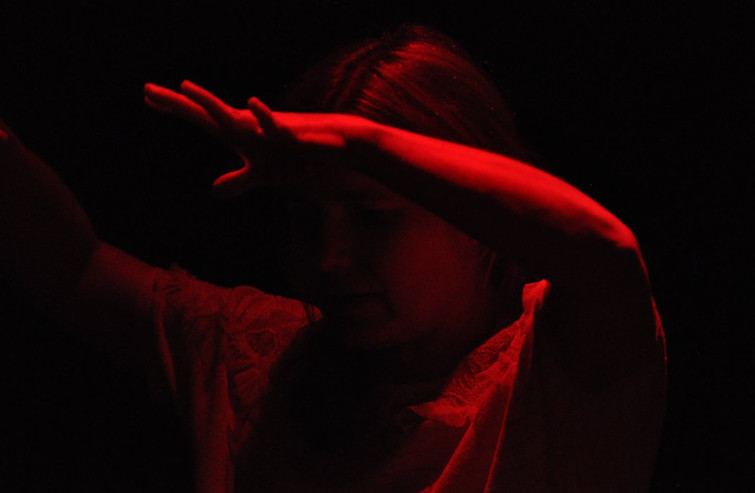 Kathleen danst in een rood licht.