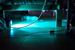 Sfeerbeeld: een been kruipt onder een bed vandaan in een koud blauw licht. Try-out Nanacht.