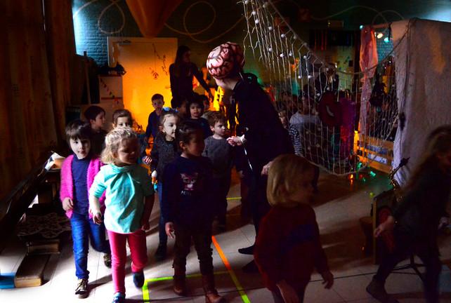 Jolien neemt de kinderen mee op pad.