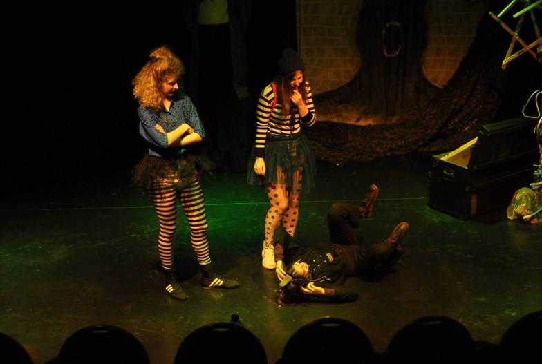 Sarah en Jolien kijken bedenkelijk naar Helena van de band, die traag wegrolt over het podium.