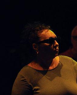 Patsy Smellers: Beeld van Patsy tijdens repetitie Toen De Goden Sliepen. Ze kijkt één van haar medespelers aan.