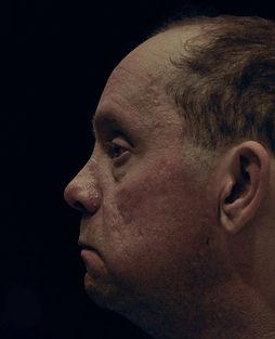 Nico De Rechter: Headshot in profiel van Nico tijdens een repetitie van Toen De Goden Sliepen.