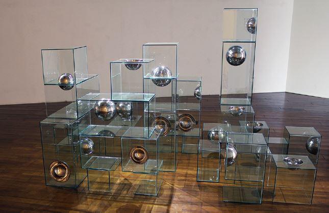 Hemisphres (꿈의 구조), 유리, 스테인레스 스틸, 가변설치 (270 x 210 x 180 cm), 2014