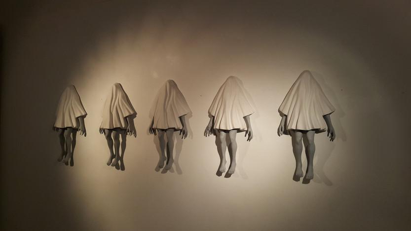 걸려있는남자, 18x42x10(cm), 석고, F.R.P, 2015, 우민아트센터