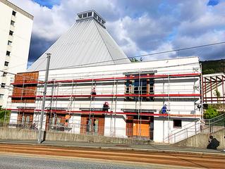 Kirkens fasade mot Vilhelm Bjerknesvei vaskes og males!