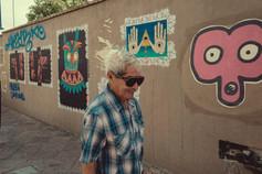 Abuelo y murales.jpeg