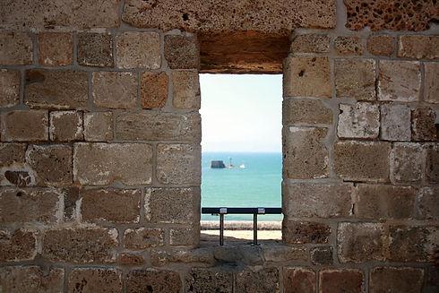 עכו - חומבה וחלון לים.jpg