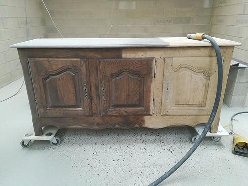 Aérogommage de meuble à Lyon 69. Contactez-nous pour le décapage de vos poutres, escaliers, portails, volets en bois et bien plus.
