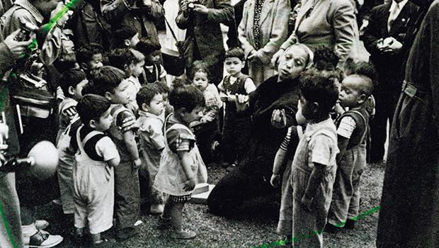 Josephine Baker, a popular spanish jazz singer with the children of ESH