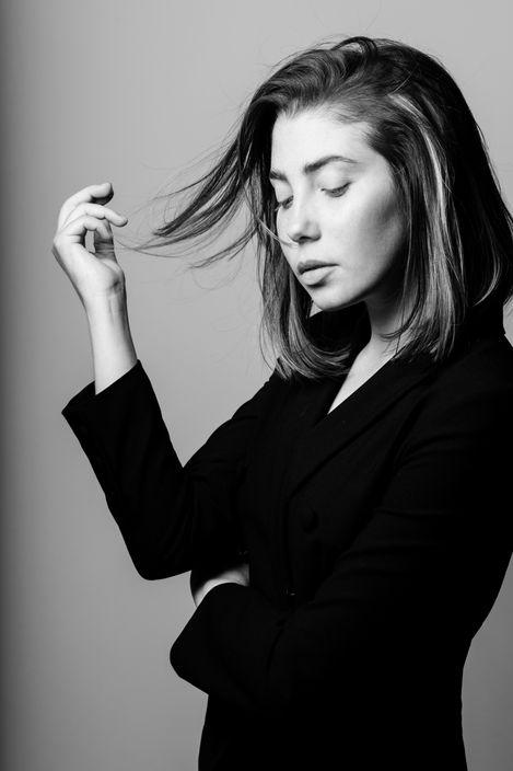 femme noir et blanc studio photo
