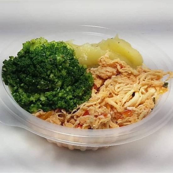 Frango desfiado com purê de batata doce e brócolis - 250g