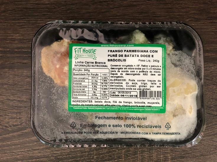Frango a parmegiana com purê de batata doce e brócolis