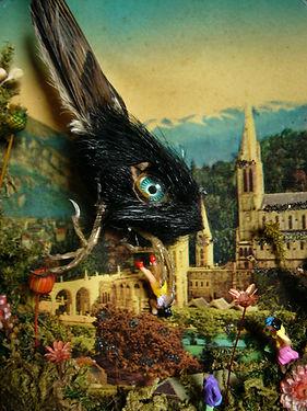 oiseaux avec yeux de poupée volant au dessus de Lourdes s'attaquant aux pélerins