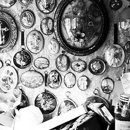 atelier cabinet de curiosités verre bombé reliquaires, curiosities