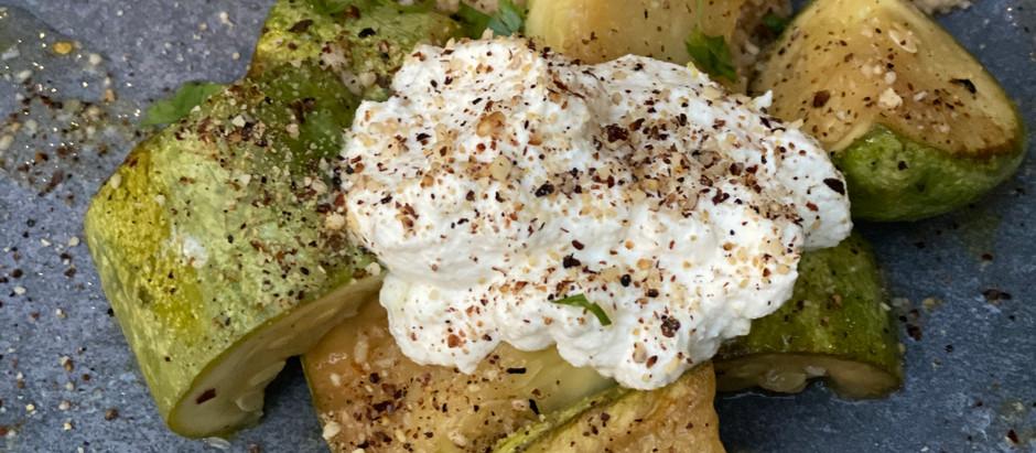 Ensalada templada de Calabacines blancos, vinagreta de vino blanco, ricotta y couscous al harissa.