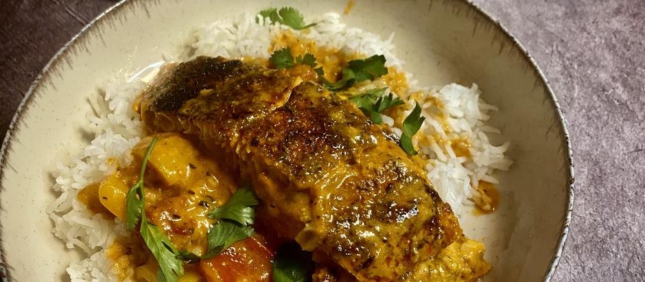 "Salmón Blackened (""ennegrecido"") en salsa cremosa de tomate"