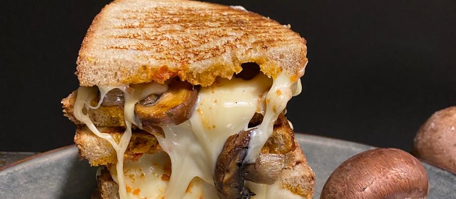 Sandwich de Queso a la plancha con champiñones portobello y pesto de tomate