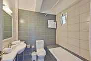bathroom of doblo room - la salle de bains de la chambre doblo - το μπάνιο του δωματίου doblo