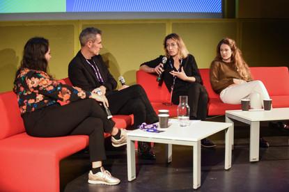 Nina Cohen (Paris Podcast Festival), Éric Le Ray (Création Collective), Anne-Fleur Pouyat (Musée d'Orsay), Adélaïde Bon (comédienne)  Écoute collective en avant-première : Promenades imaginaires au Musée d'Orsay (Musée d'Orsay)