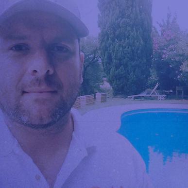 Dimanche 21 octobre, 14h-14h45 | Rencontre | Père de famille, producteur, gastronome et auteur touche-à-tout, Henry Michel a trouvé dans le podcast le moyen idéal de partager ses fou-rires entre potes avec le programme Riviera Détente, devenu un des podcasts de comédie les plus écoutés en France. A la tête du label Riviera Ferraille, il privilégie dans ses programmes les fortes personnalités et les bonheurs simples, à condition qu'ils soient partagés au micro.