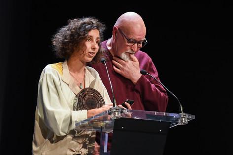 """Remise du Prix Scam du Podcast Documentaire : Maëlle Sigonneau et Mounia El Kotni """"Impatiente"""", pour l'épisode """"Je dois m'inquiéter ?"""" (Nouvelles Écoutes)  Sur la photo : Mounia El Kotni et le père de Maëlle Sigonneau"""
