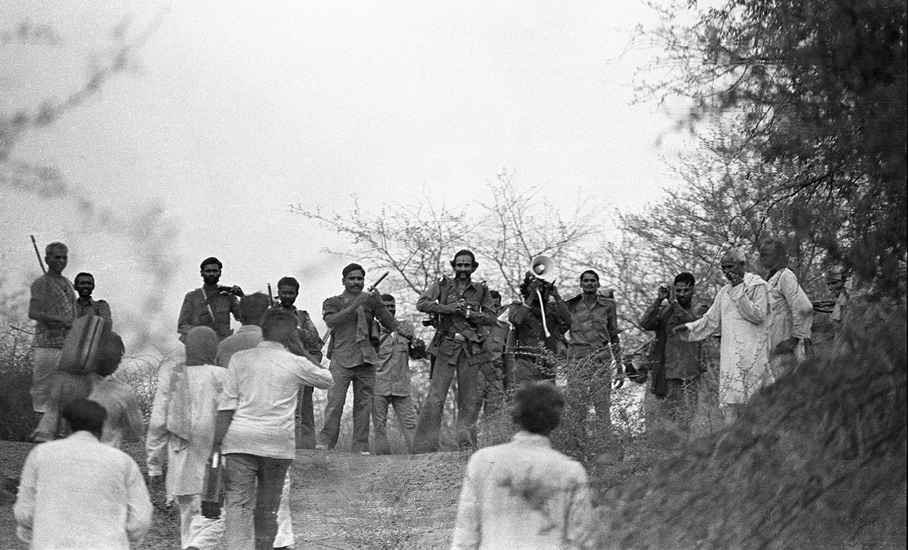District officials arrive in the ravines to negotiate with Malkhan Singh for his surrender, 1982.